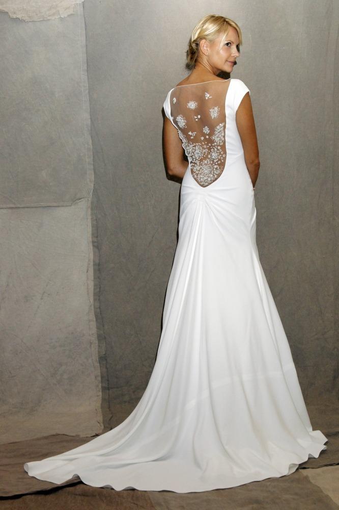 Изобр по > Прямое Свадебное Платье с Открытой Спиной