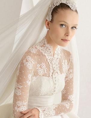 Платье может быть выполнено с глубоким вырезом, открывающим плечи, у этих моделей кружевная спинка и рукава подчеркивают изящество творения дизайнеров